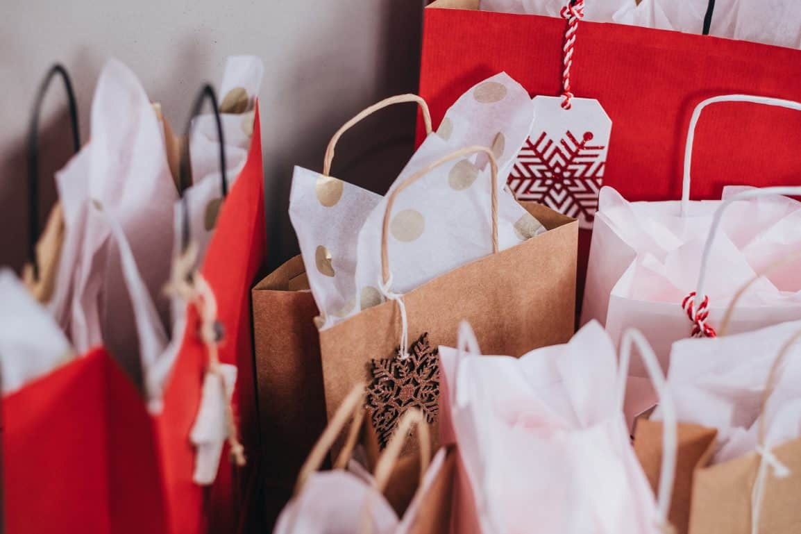 Do you have a small Christmas shopping budget? Read my tips for saving money and getting organised in advancewith a Christmas budget for next year #christmas #christmabudget #cashenvelope #cashenvelopes